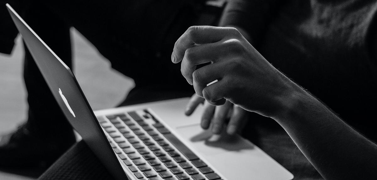 blog code graphique photo hébergement homme sur ordinateur portable noir et blanc